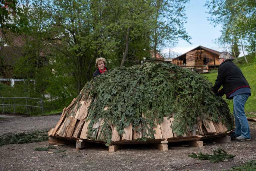 Zusammen mit der Köhlerin Doris Wicki wird ein 5 Ster Meiler aufgebaut.